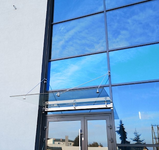 daszek szklany na fasadzie