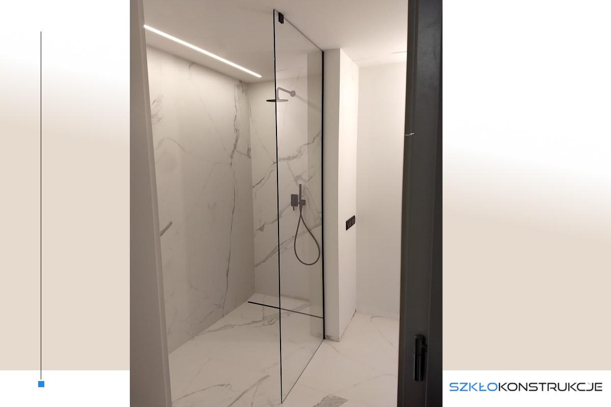 szklana ścianka prysznicowa z czarnymi elementami