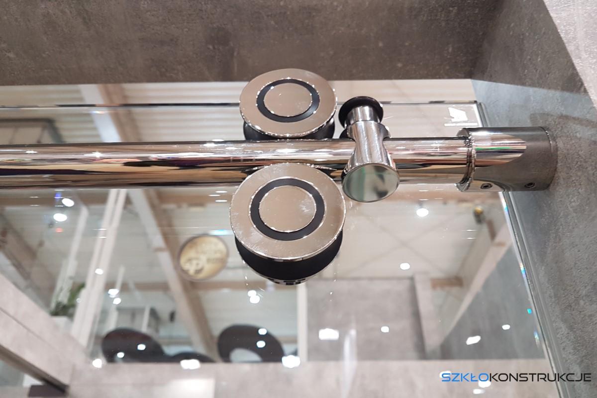 szczegół kabiny prysznicowej z drzwiami przesuwnymi