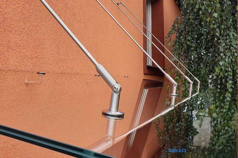 daszek szklany mocowany do ściany na metalowych odciągach