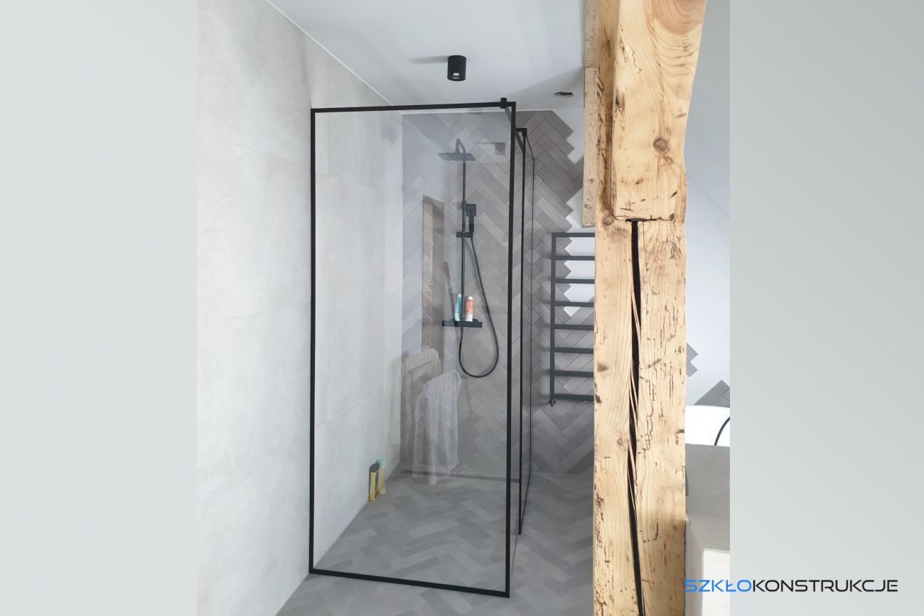 ścianka prysznicowa w czarnych ramkach