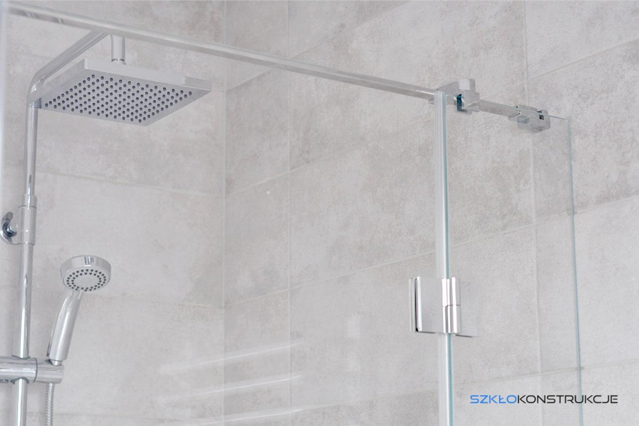 Stalowy uchwyt w kabinie prysznicowej